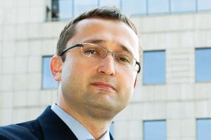 """<b>Tomasz Chmal, partner w kancelarii White & Case W. Daniłowicz, W. Jurcewicz i Wspólnicy </b><br><br> Nie podzielam optymizmu dotyczącego budowy nowych mocy, jaki wyrażają przedstawiciele koncernów energetycznych. To wynika z regulacji europejskich. Polski sektor energetyczny jest zbyt słabo reprezentowany w Brukseli i za bardzo liczy na interwencję innych środowisk. <br><br>  Widać to doskonale po tym, co się dzieje wokół wydobycia gazu łupkowego. Dziś jesteśmy w przededniu potencjalnego rozwoju sektora gazu łupkowego w Polsce i na tę okoliczność powinniśmy być przygotowani od strony infrastruktury i logistyki, powinniśmy mieć gotowe scenariusze, jak wykorzystać ten potencjał. <br><br>  Sektor energetyczny ma poczucie, że wszystko się """"gdzieś zadzieje"""", że samo się zrealizuje, że skoro mamy dużo węgla, to na pewno uda się go wydobyć i wyprodukować z niego energię. Okazuje się, że to nie jest takie proste."""