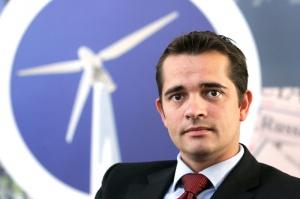 Rynek energetyki wiatrowej spadł w ubiegłym roku w Unii Europejskiej o około 11 proc., a główne tego przyczyny to sytuacja w Hiszpanii i w pewnym stopniu też w Niemczech. Te rynki odnotowały spadki i chociaż generalnie rynki Europy Wschodniej wzrosły i odnotowaliśmy też wzrost energetyki wiatrowej na morzu to nie było to wystarczające, żeby zrównoważyć spadki w Hiszpanii i w Niemczech - mówi Christian Kjaer, dyrektor wykonawczy Europejskiego Stowarzyszenia Energetyki Wiatrowej ( EWEA)