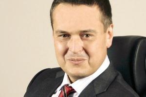<b>Andrzej Dopierała<br> prezes zarządu Oracle Polska </b><br><br>  Informatyka nieuchronnie zmierza w stronę takiego modelu, w którym będzie dostępna jako medium podobne do elektryczności, która dla odbiorcy końcowego może przecież pochodzić z dowolnej elektrowni. <br><br>  Źródło energii nie jest istotne - ważny jest tylko fakt, że mamy ją w gniazdku. Tak też będzie kiedyś z informatyką - odbiorcy będą zdalnie korzystać z mocy obliczeniowej i aplikacji, które fizycznie będą zlokalizowane w specjalizowanych centrach obliczeniowych.