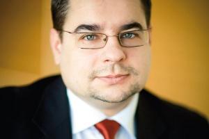 <b>Paweł Jędrusik<br> dyrektor sprzedaży SAP Polska </b><br><br>  Ważnym trendem jest rozwój rozwiązań branżowych. Stabilne jądro systemu ERP będzie systematycznie obudowywane funkcjonalnościami, które odpowiadają wyzwaniom specyficznych rodzajów przemysłu. Ten kierunek będzie się utrzymywał, ponieważ rozwiązania branżowe obniżają koszty informatycznego wsparcia produkcji i pozwalają lepiej dopasować system ERP do potrzeb danego zakładu. Rozwiązania branżowe umożliwiają wykorzystanie systemów ERP tam, gdzie wcześniej nie było to możliwe.
