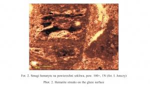 Fot. 2. Smugi hematytu na powierzchni szkliwa, pow. 100×, 1N (fot. I. Jonczy)