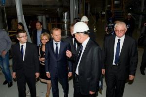 - W całej Europie jest kilka takich instalacji, a tylko trzy porównywalne - powiedział premier Donald Tusk, podczas przekazania do eksploatacji komercyjnej nowego bloku w Elektrowni Bełchatów o mocy 858 MW. - Twardo będziemy stawali za węglem i będziemy przekonywać, aby przyszłość energetyki opierać także na nim - mówił obecny podczas uroczystości otwarcia w Bełchatowie premier Donald Tusk.