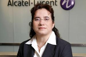 <b>Agnieszka Pioruńska<br> Alcatel-Lucent </b><br><br>  Projekty budowy infrastruktury zapewniającej usługi szerokopasmowego dostępu do danych powinny obejmować zarówno sieci szkieletowe, dystrybucyjne, jak i dostępowe. W Polsce większość obecnych projektów budowy regionalnych sieci szerokopasmowych obejmuje głównie warstwę transportową, podczas gdy doświadczenie pokazuje, że około 50-60 proc. nakładów na budowę sieci stanowią wydatki na stworzenie sieci dostępowej. <br><br>  Niezbędne jest także wykorzystanie synergii z istniejącymi już infrastrukturami sieciowymi, nie tylko telekomunikacyjnymi. <br><br>  Infrastruktura sieci powinna zapewniać optymalną możliwość uruchamiania nowych, wymagających dużych przepływności usług, z otwartością technologiczną w zakresie dostępu do urządzeń i aplikacji, przygotowaną nie tylko na obecne, ale i na przyszłe potrzeby społeczeństwa i rynku.
