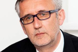 <b>Andreas Golombek<br> prezes Lurgi SA</b><br><br>  - Unia Europejska konsekwentnie podnosi wymogi jakościowe dla paliw. Jest to częściowo wymuszane przez przemysł motoryzacyjny i przekłada się na ich cenę.