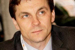 """<b>Marek Woszczyk<br> prezes URE </b><br><br>  Edukacja, która wzmacnia aktywność odbiorców i ich pozycję na rynku, jest jednym z priorytetów w moich działaniach. <br><br>  Wyniki badań przeprowadzonych przez TNS OBOP, w przygotowaniu których swój udział miał także Urząd, wskazują, że stan wiedzy konsumenckiej jest znacznie wyższy niż jeszcze kilka lat temu, co jednak nie oznacza, że jest zadowalający. Bo choć wyniki znajomości procedur zmiany sprzedawcy i graczy rynkowych poprawiają się, to i tak w moim odczuciu powinno być zdecydowanie lepiej. <br><br>  Cieszy mnie, że prowadzone dotychczas przez URE intensywne działania edukacyjne oraz ogólnopolska kampania informacyjna """"I ty możesz zmienić sprzedawcę energii"""" dały rezultaty. Dlatego planujemy jeszcze w tym roku przeprowadzenie kolejnej kampanii, która - mamy nadzieję - wpłynie na zwiększenie efektywności użytkowania energii elektrycznej w gospodarstwach domowych. <br><br>  Uważam, że popularyzacja praw i obowiązków odbiorców paliw i energii, w tym w szczególności prawa do zmiany sprzedawcy energii elektrycznej i sposobów na racjonalne zarządzanie jej zużyciem, stanowi jeden ze sposobów ochrony słabszych uczestników rynku energii, jakimi niewątpliwie są odbiorcy w gospodarstwach domowych."""