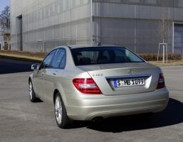 Nowa, najbardziej ekonomiczna Klasa C 180 BlueEFFICIENCY z jednostką benzynową ma zużywać średnio 5,8 l/100 km (136 g CO2/km) / foto: Mercedes-Benz