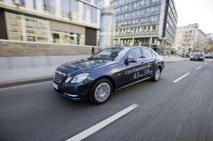 W Klasie E 220 CDI BlueEFFICIENCY Edition, zastosowano pakiet aerodynamiczny, elektryczne wspomaganie kierownicy (EPS) i opony o niskich oporach toczenia w rozmiarze 205/55 R16 oraz wydłużono przełożenie główne / foto: Mercedes-Benz