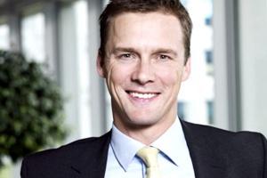<b>Thomas Bagge, prezes zarządu Maersk Polska</b><br />  Polskie porty morskie coraz skuteczniej konkurują z niemieckimi. Cały czas należy jednak mieć na uwadze, że terminale muszą się ciągle doskonalić, modernizować i usprawniać obsługę armatorów, bo tylko wtedy nasza praca będzie się mogła w pełni przełożyć na korzyści dla klientów. Istotne jest również rozwijanie infrastruktury kolejowej, drogowej oraz zaplecza logistycznego w portach, a także usprawnienie służb celnych, weterynaryjnych i innych, których wydajność ma bezpośrednie przełożenie na naszą obsługę.