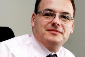 <b>Tomasz Frankiewicz, dyrektor Biura Informatyki ArcelorMittal Poland </b><br /><br />  Popyt na stal utrzymuje się zaledwie na poziomie 75 proc. zapotrzebowania sprzed kryzysu, co wpływa na funkcjonowanie firmy na wielu płaszczyznach. W biurze informatyki ArcelorMittal Poland ograniczyliśmy liczbę realizowanych projektów, jednak te, które mają wpływ na procesy biznesowe, są kontynuowane. Na kolejny rok przenieśliśmy natomiast projekty związane z telekomunikacją. <br /><br />  Wynika to z faktu, że nasza infrastruktura telekomunikacyjna stoi na bardzo wysokim poziomie, w związku z czym nie odczuwamy presji czasowej, która kazałaby nam natychmiast wdrażać dalsze usprawnienia.