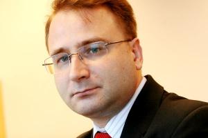 <b>Edward Jędrzejowski, Epicor Software Poland </b><br /><br />  Można mówić o dwóch scenariuszach - wzrostu zainteresowania BI lub wycofania inwestycyjnego firm. Chociaż BI to rozwiązania o wielkich możliwościach kryzysowych, to opierając się na doświadczeniu sprzed 2008/2009, kiedy mieliśmy do czynienia z globalnym zachwianiem gospodarczym, zamrożenie budżetów wydaje się wizją prawdopodobną. Wówczas przedsiębiorstwa powstrzymywały się przed inwestycjami, co wpłynęło na wydłużenie się procesów decyzyjnych i wdrożeniowych. Jednak obecne analizy rynkowe pokazują, że firmy są coraz bardziej świadome potencjału rozwiązań IT.