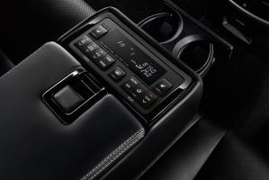Panel sterowania klimatyzacją i systemem audio dla tylnych siedzeń / foto: Lexus