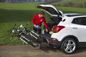 Odchylany uchwyt do rowerów pozwala na swobodny dostęp do wnętrza bagażnika / foto: Opel