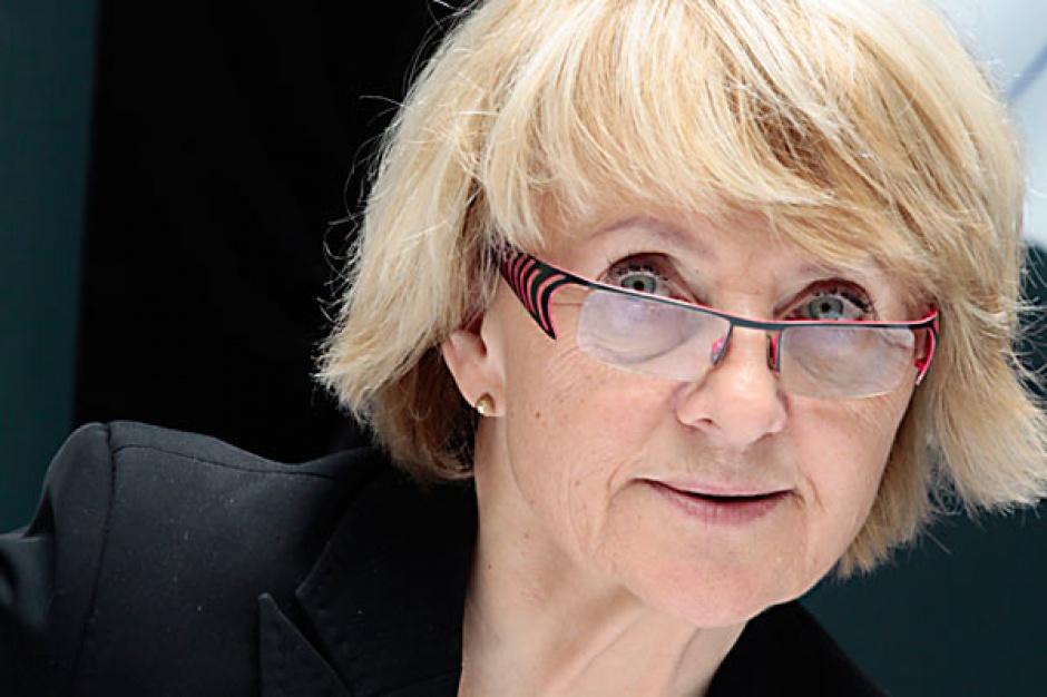 Prof. Danuta Hübner  przewodnicząca komisji rozwoju regionalnego Parlamentu Europejskiego      Przyjęcie budżetu na lata 2014-2020 w takiej wysokości jak obecnie to absolutne minimum. Jeśli mamy poważnie traktować szanse rozwojowe UE, to ten budżet powinien systematycznie wzrastać - uważa.     Jeśli wprowadzamy do traktatu politykę energetyczną, jeśli chcemy, żeby to budżet europejski był budżetem, który inicjuje przemiany związane z efektywnością energetyczną, inwestowaniem w energię odnawialną, w modernizację całej, w niektórych krajach prawie dziewiętnastowiecznej infrastruktury energetycznej i jeśli chcemy modernizować przedsiębiorstwa, jeśli chcemy, by powstawały nowe, innowacyjne, to to wszystko wymaga impulsu, który przychodzi z sektora publicznego.     To uzasadnia konieczność systematycznego wzrostu finansowania. Budżet europejski nie jest żadnym wymysłem biurokratów, tylko środkiem inwestycyjnym na pokrycie wydatków realizowanych zgodnie z traktatami uzgodnionymi przez państwa członkowskie.