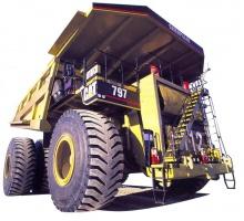 Rys. 2. Specjalnej konstrukcji wywrotka z silnikiem spalinowym o mocy 3400 PS do przewozu piasków bitumicznych.  Masa samochodu, wraz z przewożonym materiałem wynosi 600 ton. Źródło: Suncor