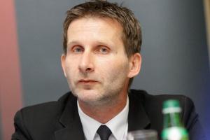 <b>Tomasz Hanczarek<br /> prezes zarządu Work Service </b><br /><br />  - Także w Polsce mamy już wystarczająco wiele osób, które preferują elastyczne formy zatrudnienia. Ba, niektórzy wręcz nie chcą się wiązać na stałe z jednym pracodawcą, bowiem zmiana miejsca pracy - poza poczuciem większej swobody - sprzyja ich rozwojowi i zdobywaniu doświadczeń. <br /><br />  Dla pracodawcy praca tymczasowa, poza obniżką kosztów pozyskania fachowców, daje szansę pełnego wykorzystania mocy wytwórczych, gdy pojawia się dodatkowe zlecenie i bezkonfliktowe rozwiązanie umowy, gdy słabnie koniunktura.