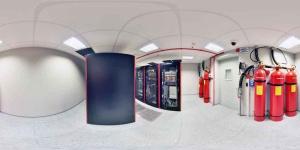Wysoka ogniotrwałość budynku (do 120 minut) obejmująca konstrukcję ścian, podłogę techniczną oraz drzwi antywłamaniowe z kontrolą dostępu.