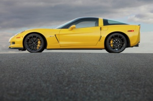 W Corvette Z06 wiele elementów nadwozia wykonano z lekkiego włókna węglowego, dzięki czemu masa własna modelu to zaledwie 1451 kg /foto: Chevrolet