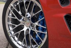 W Corvette ZR1 wprowadzono lekkie węglowo-ceramiczne tarcze hamulcowe, stosowane w wyścigach / foto: Chevrolet