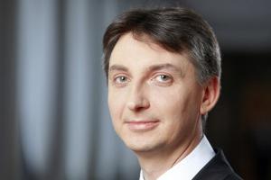 <b>Jacek Dominik<br /> pełnomocnik rządu ds. wprowadzenia euro</b><br /><br />  Determinacja władz, aby Polska znalazła się w strefie euro, jest duża. Ale wejście do niej nie zależy tylko od naszej woli, lecz także od tego, jakie zmiany zajdą w niej samej. <br /><br />  Strategia integracji Polski ze strefą euro oparta jest na czterech filarach. Trzy zależą od nas i obejmują wypełnienie kryteriów konwergencji oraz odpowiednie przygotowanie gospodarki, ale czwarty jest związany z ustabilizowaniem się sytuacji w samej strefie. Trwają prace rządowych zespołów roboczych i grup zadaniowych nad raportami, które opiszą harmonogram działań do zrealizowania, gdy zapadanie decyzja o przystąpieniu Polski do strefy euro. <br /><br />  Powinny one zostać ukończone w tym roku. Wskażą jednak sekwencję postępowań, a nie datę wstąpienia. <br /><br /> Nawet gdyby Polska wypełniła określone w naszej strategii integracji kryteria włączenia złotego do ERM II (związanie kursu złotego z euro przez 2 lata poprzedzające wejście do strefy), to okres do przyjęcia euro trwałby minimum około trzech lat. <br /><br /> * Fragment wypowiedzi z konferencji prasowej 10 lipca br.