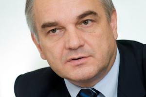 """<b>Waldemar Pawlak<br /> wicepremier, minister gospodarki </b><br /><br />    - W 2011 r. weszły w życie przepisy przygotowanej w Ministerstwie Gospodarki ustawy o efektywności energetycznej. <br /><br />  Zapewnia ona pełne wdrożenie postanowień dyrektywy UE w sprawie efektywności końcowego wykorzystania energii i usług energetycznych, która obliguje państwa członkowskie do osiągnięcia oszczędności zużycia energii na poziomie dziewięciu procent w ciągu dziewięciu lat (do końca 2016 r.). Ustawa ta tworzy ramy prawne dla działań na rzecz wzrostu efektywności energetycznej naszej gospodarki. <br /><br />  Ponadto wprowadziliśmy system """"białych certyfikatów"""", który obejmuje szeroką grupę odbiorców, i pozwala osiągnąć optymalne oszczędności energii. Jednocześnie nie obciąża znacznie budżetu państwa. Rada Ministrów zatwierdziła również nasz projekt nowej etykiety, która podaje szczegółowe dane o efektywności energetycznej urządzenia."""