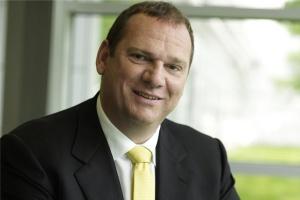 <b>Michael Suess<br /> członek zarządu Siemens AG, dyrektor sektora energii </b><br /><br />  - Obecnie europejska energetyka to mniej lub bardziej izolowane krajowe wyspy wytwarzania i przesyłu energii elektrycznej. W energetyce Unii Europejskiej brakuje integracji infrastrukturalnej. Możliwy jest swobodny przepływ osób, czy kapitału, a energii elektrycznej wciąż nie. Niewiele jest koncernów energetycznych działających na tym obszarze i uważam, że to naszą rolą jest poskładanie europejskiego rynku energii w jedną całość. <br /><br />  Do rozwoju gospodarczego potrzebne są pieniądze, rynek i energia. Podejmując decyzje inwestycyjne, poszczególne kraje powinny bardziej niż obecnie uwzględniać ich wpływ na rynki sąsiednie. To oddziaływanie jest mocne, a przykładem tego jest wpływ na polski system energetyczny dynamicznego rozwoju energetyki wiatrowej w Niemczech. <br /><br />  Powstanie zintegrowanego unijnego rynku energii elektrycznej do 2014 roku jest jeszcze możliwe, ale integracja przebiega z oporami. <br /><br />  Powód jest taki, że obecnie w UE mamy 27 polityk energetycznych państw członkowskich, a w niektórych przypadkach, tak jak w Niemczech, jeszcze polityki regionalne. <br /><br />  Mamy również do czynienia z dużą różnorodnością status quo dla poszczególnych rynków oraz mixów energetycznych poszczególnych krajów. Nie wyobrażam sobie, że na przykład Francja wycofa się lub drastycznie ograniczy wytwarzanie energii w elektrowniach atomowych w ciągu najbliższych lat. To nie jest możliwe. <br /><br />  Dlatego w przypadku krajów, tak jak Polska, stojących przed zadaniem modernizacji sektora energetycznego, szczególnie ważna jest świadomość, że poszczególne decyzje o budowie elektrowni i bloków energetycznych przynoszą długotrwałe skutki. To projekty inwestycyjne na lata.