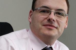 <b>Tomasz Frankiewicz<br /> dyrektor IT ArcelorMittal Poland </b><br /><br />  - W 2011 roku w oparciu o zintegrowane środowisko raportowania SAP Business Warehouse - SAP Business Objects polski oddział koncernu zbudował zrównoważoną kartę wyników (Balanced Scorecard). <br /><br />  Pozwala ona uzyskać szybko wiarygodną informację o kluczowych parametrach i wskaźnikach osiąganych przez firmę. <br /><br />  W sytuacji kryzysu czy recesji taki dostęp do danych jest nie do przecenienia. Projekt ten zyskał tak pozytywne oceny, że będzie wdrażany we wszystkich zakładach na terenie Europy Wschodniej.