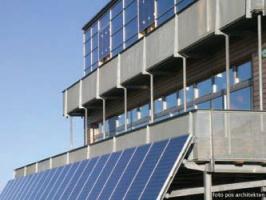 Kolektory słoneczne i moduły PV pokrywają niemal całą fasadę południową