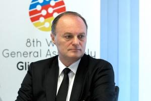 <b>Andrzej Korpak prezes General Motors Manufacturing Poland</b><br /><br />  - Można skasować wydatki na innowacje i próbować przetrwać kryzys, nie wydając pieniędzy. Ale wtedy dopadnie on nas za dwa lata, akurat wtedy, gdy te niepowstałe innowacje mogłyby znaleźć swoje miejsce na rynku.