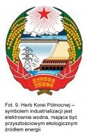 Fot. 9. Herb Korei Północnej - symbolem industrializacji jest elektrownia wodna, mająca być przyszłościowym ekologicznym źródłem energii