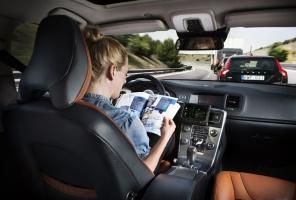 """Kierowca pojazdu """"holowanego"""" może się odprężyć, a nawet czytać książkę albo oglądać telewizję, podczas, gdy jego samochód """"sam jedzie"""" / foto: Volvo Trucks"""