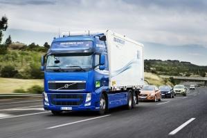 Wykorzystanie łączności bezprzewodowej do formowania kolumn pojazdów, w których prowadzący samochód ciężarowy kontroluje pojazdy znajdujące się z tyłu, jest już technicznie możliwe / foto: Volvo Trucks