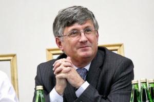 """<b>Marek Kłoczko<br /> sekretarz generalny Krajowej Izby Gospodarczej </b><br /><br />  - Z pomocy MG adresowanej do eksporterów działających na wybranych rynkach i w wybranych branżach można skorzystać, o ile spełnia się kryteria de minimis, gdyż chodzi o pieniądze UE. Jeżeli jednak przedsiębiorca chce wejść na zupełnie nowy rynek, spoza listy sporządzonej 5 lat temu, może liczyć tylko na siebie. <br /><br />  Najłatwiej skorzystać z """"Paszportu dla eksportu"""".<br /><br />  Ta forma pomocy cieszy się popularnością, ale ma niewielki wymiar finansowy. Nie widać efektywnego wsparcia w przypadku kredytów eksportowych i ubezpieczeń. Choć KUKE rozszerzyła swoją ofertę, w dalszym ciągu bardzo mało polskich eksporterów korzysta z jej instrumentów - są zbyt drogie."""