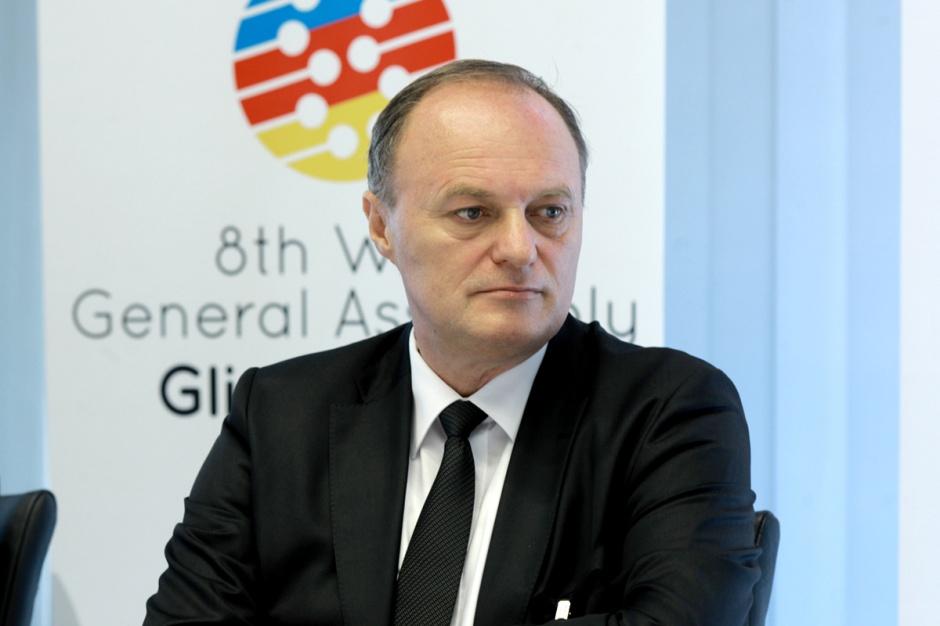 Andrzej Korpak  dyrektor gliwickiej fabryki GM    - Jeśli w segmencie samochodów kompaktowych nastąpi dalszy spadek, to będziemy to musieli wziąć na barki.