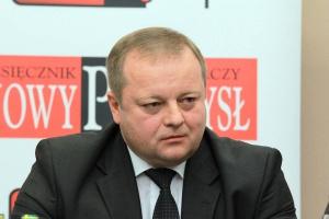 <b>Ireneusz Tomecki<br /> wiceprezes zarządu Famur</b><br /><br />  - W BiH jesteśmy obecni od ponad pięciu lat, mamy dobre stosunki z Bośniakami. Choć to młody rynek, widzimy duże możliwości jego rozwoju, wynikające z planów modernizacji górnictwa i energetyki. Rezerwy węgla w BiH szacowane są na 3,8 mld ton. Planuje się powrót do poziomu wydobycia sprzed wojny: z ok. 4 mln ton rocznie dziś do 18 mln ton. Aby uzyskać wyniki zbliżone do rekordowego poziomu produkcji, działające kopalnie będą musiały zainwestować w efektywne systemy wydobywcze.