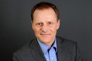 <b>Andrzej Borczyk<br /> dyrektor HR w polskim oddziale Microsoftu </b><br /><br />  - W dorocznej ocenie pracowników bierzemy również pod uwagę to, jak dana osoba współpracuje z innymi. Organizujemy szkolenia, które mają uczyć ludzi budowania relacji. Skąd taki nacisk na umiejętności interpersonalne? Networking służy nie tylko jednostce w rozwijaniu kariery, ale również firmie - w osiąganiu coraz lepszych wyników biznesowych. Nasi specjaliści i menedżerowie podejmują się zadań w zespołach projektowych wykraczających poza strukturę ich działów i pionów, często także poza Polskę. <br /><br /> Efektywność zależy także od tego, czy umieją się porozumieć - mimo różnic kulturowych, narodowych bądź wynikających z wieku, płci, doświadczeń zawodowych.