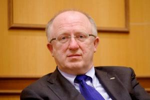 <b>Herbert Wirth,<br /> prezes KGHM Polska Miedź </b><br /><br />  - Reindustrializacja Europy wydaje się dziś właściwą odpowiedzią na nowe zjawisko w światowej gospodarce: silną konkurencję o miejsca pracy. Odbudowa przemysłu jest szansą na ich mocne pomnożenie. Ma też kluczowe znaczenie dla stabilności sytuacji społeczno-ekonomicznej Europy pogrążonej w kryzysie. Działalność przemysłowa wymaga jednak wsparcia ze strony państw i Unii, podnoszenia atrakcyjności inwestycyjnej naszego kontynentu w stosunku do najważniejszych konkurentów - państw BRIC.