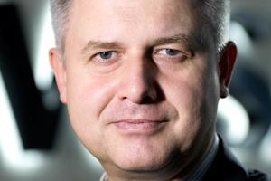 """<b>Jarosław Zagórowski<br /> prezes zarządu Jastrzębskiej Spółki Węglowej </b><br /><br />  - Zaczynam dostrzegać pewien problem w rozumieniu terminu """"dekarbonizacja"""".<br /><br />  Często rozumiemy go w Polsce jako eliminację węgla z gospodarki i jesteśmy tym oburzeni, zważywszy, że w niemal 90 proc. energii elektrycznej w kraju wytwarza się z węgla kamiennego i brunatnego. <br /><br />  Tymczasem to podejście unijne zakłada raczej lepsze wykorzystywanie węgla, a nie jego eliminację. Trzeba podążać w kierunku budowy nowych elektrowni węglowych o większej sprawności, co przyczyni się również do redukcji emisji dwutlenku węgla. <br /><br />  Oczywiście Unia nie powinna przykładać tej samej miary do wszystkich państw członkowskich, bowiem ukształtowane przez długie lata modele energetyczne są często zupełnie odmienne. Należy uwzględniać specyfikę poszczególnych krajów. <br /><br />  Świat podąża w kierunku zwiększenia wydobycia i zużycia węgla. Chiny czy też Indie rozwijają górnictwo. Niebawem Indie mogą się stać największym w świecie importerem tego surowca. Ważne, byśmy zmierzali w kierunku roztropnego wykorzystania węgla, by używając takiej samej ilości surowca, produkować więcej energii elektrycznej. <br /><br />  W przypadku węgla energetycznego sytuacja rynkowa jest trudna. Mamy do czynienia z nadpodażą węgla na światowym rynku. <br /><br />  Nadpodaż jest w Rosji, ale również w Stanach Zjednoczonych, które eksportują coraz więcej węgla energetycznego z uwagi na boom na gaz łupkowy u siebie. A zatem musimy w Polsce stawiać na wzrost efektywności, co umożliwi nam na konkurowanie z węglem z zagranicy."""