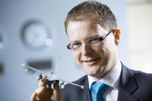 <b>Krzysztof Krystowski<br /> prezes Polskiego Holdingu Obronnego </b><br /><br />  - W przyszłym roku PHO ma zamiar przedstawić własny samolot bezzałogowy, niebazujący na żadnej licencji. W tym celu buduje szerokie konsorcjum, w którym wiodącą rolę będzie miała nasza dywizja elektroniczna. Główne kompetencje przy tworzeniu samolotów bezzałogowych są związane z elektroniką, optoelektroniką, radarami, łącznością i sterowaniem. Mieliśmy już duże doświadczenie w tworzeniu lądowych pojazdów bezzałogowych przez OBRUM w Gliwicach, nieprzypadkowo więc to OBRUM przyłączył się do Śląskiego Klastra Lotniczego.