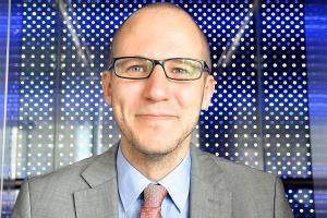 <b>Michał Własenko<br /> research consultant, IDC Poland </b><br /><br />  Grupie Solorza-Żaka udało się skonsolidować unikalny wachlarz graczy z rynku mediów i telekomunikacji, kolejnym naturalnym krokiem byłoby rozszerzenie tego wachlarza o prężną firmę technologiczną. W Europie przejęcie Polkomtela przyjęto ze słowami uznania dla strategicznej wizji właściciela grupy. Jednak reorganizacja i konsolidacja tak różnych firm jak Polkomtel czy Cyfrowy Polsat musi trwać i nie przebiega łatwo. Od strony ofert telekomunikacyjnych Polkomtel w ostatnim roku nie był liderem zmian i innowacji. Dał jednak bardzo ożywczy impuls inwestycyjny rynkowi, za pomocą dynamicznej budowy i marketingu oferty mobilnego internetu szerokopasmowego LTE.