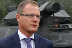 <b>Krzysztof Krystowski, były prezes Polskiego Holdingu Obronnego</b>, deklarował, że PHO jest gotów grać w branży pierwsze konsolidacyjne skrzypce. Decyzja o dymisji w ostatnich dniach października ostatecznie rozwiała te plany. Holding nie będzie integratorem, lecz jedynie elementem nowego rozdania. <br /><br /> – Nie jest tajemnicą, że byłem zwolennikiem konsolidacji zbrojeniówki wokół Polskiego Holdingu Obronnego, czy na bazie, jaką tworzą firmy z grupy. Ta koncepcja przegrała i ja odchodzą razem z nią – skomentował Krzysztof Krystowski w rozmowie z NP swoje odwołanie z funkcji prezesa PHO. <br /><br /> – Mam satysfakcję, że rada nadzorcza zaakceptowała nowy kształt kontraktu indyjskiego.