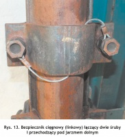 Rys. 13. Bezpiecznik cięgnowy (linkowy) łączący dwie śruby i przechodzący pod jarzmem dolnym Fig. 13. String protector (cable type) which connects two bolts and passes under the bottom yoke