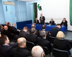 - Mogę państwa uspokoić, że nie ma planów likwidacji kopalń - zaznaczył Marek Uszko, wiceprezes KW ds. produkcji, koordynator prac zarządu spółki. - Przygotowujemy proces łączenia zakładów, który w obecnej sytuacji spółki jest niezbędny.
