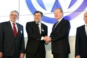 W konferencji prasowej zapowiadającej inwestycję brali udział członek zarządu koncernu Volkswagen Leif Ostling oraz wicepremier, minister gospodarki Janusz Piechociński.