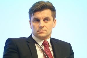 <b>Marek Woszczyk, </b><br /> <b>prezes PGE</b><br /><br /> - Niewykluczone, że rzeczywistej walki konkurencyjnej w energetyce będzie coraz mniej. Na przykład w Wielkiej Brytanii w zasadzie cały sektor ma być w przyszłości regulowany. Rynek należy jednak stymulować z dużą uwagą, analizując dokładnie konsekwencje wprowadzania poszczególnych regulacji. Przykład Niemiec czy Hiszpanii pokazuje, że nieprzemyślane działania mogą doprowadzić do dalekosiężnych negatywnych konsekwencji dla sektora energetycznego. Niemcy tylko w 2013 roku wydały blisko 23 miliardy euro na wsparcie OZE, obciążając tym kosztem głównie odbiorców indywidualnych. Na skutek dynamicznego rozwoju OZE, cena energii dla gospodarstw domowych wzrosła od 2000 roku o 50 proc., a emisje energetyki nie zmalały, lecz nawet wzrosły.
