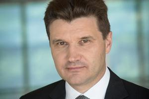 <b>Piotr Podleśny, <br /> prezes spółki Atena</b><br /><br />  - Pod względem dostępności nowoczesnych technologii Polska jest poza pierwszą setką w rankingu globalnego indeksu konkurencyjności. Trudno wyobrazić sobie, abyśmy zdołali dogonić państwa europejskie w inny sposób niż poprzez powszechny dostęp do nowych technologii. <br /> <br /> Szeroko zakrojona cyfryzacja gospodarki pozwoli nam na dynamiczny rozwój, na przeskoczenie pewnego etapu w rozwoju. Szansą dla poprawy efektywności gospodarki może być dostęp do szerokopasmowego internetu, tym samym dostęp do nowoczesnych technologii biznesowych. Znakomitej poprawie ulegnie dostęp do informacji, w tym także do wymiany informacji biznesowej między firmami - możliwe będą elektroniczne rozliczenia on-line, zdalne dostępy do informacji - takich np. jak stany magazynowe producent, raporty analityki sprzedaży itp.
