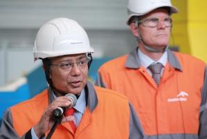 Obecnie wytwarzamy w Polsce 203 kg stali na mieszkańca rocznie, a zużywany ponad 260 kg. W roku 2020 będziemy potrzebowali co najmniej 20 mln ton stali. - Grzechem byłoby narzekać w kraju, gdzie prognozy wzrostu są tak pozytywne. Dlatego wolimy wspólnie z rządem pracować nad możliwymi rozwiązaniami - powiedział Sanjay Samaddar.