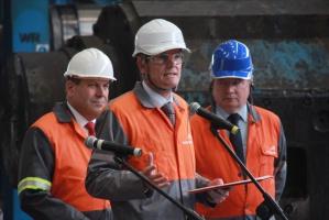 Dyrektor generalny ArcelorMittal Poland Manfred van Vlierberghe przypomniał, że należące do koncernu huty: w Krakowie, Dąbrowie Górniczej, Sosnowcu, Świętochłowicach i Chorzowie, skupiają ok. 70 proc. potencjału polskiego przemysłu hutniczego. W ciągu 10 lat wyprodukowały ponad 50 mln ton stali. Należąca do ArcelorMittal koksownia w Zdzieszowicach wytworzyła w tym czasie około 45 mln ton koksu.