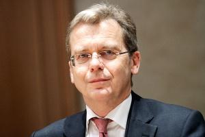 <b>Jarosław Myjak, wiceprezes PKO Banku Polskiego.</b><br /> – Patrząc w kalendarz wyborczy, od razu można przewidzieć, kiedy pojawią się inwestycje prorozwojowe, a kiedy te miłe sercu elektoratu, choć w wymiarze finansowym pożytku nieprzynoszące.