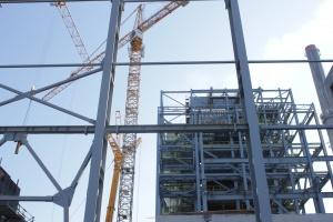 Wysokość: 40 metrów, waga: 560 ton, wartość: 171 mln zł - na budowie bloku energetycznego Zakładu Wytwarzania Tychy rozpoczyna się montaż nowoczesnego kotła Fot. Andrzej Wawok