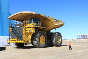 W chilijskiej kopalni KGHM skały do kruszarek przewożą mające ładowność 303 ton wywrotki Komatsu. Średnica koła takiego potwora ma 3 metry. A jeden pojazd w zależności od wyposażenia kosztuje od 4,5 do ponad 5 mln dolarów.  Kierowca na drogę patrzy z wysokości pierwszego pietra.